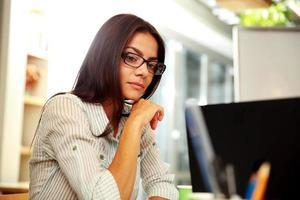 jovem empresária pensativa em copos foto