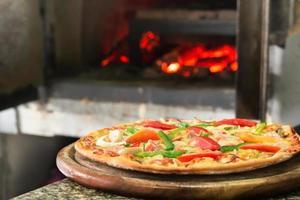 deliciosa pizza na cozinha foto