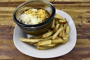 refeição de batatas fritas com queijo chili