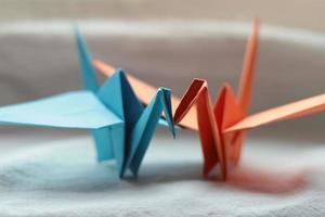dois guindastes de origami japonês foto