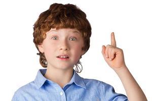 retrato de menino bonito que só tem uma idéia foto