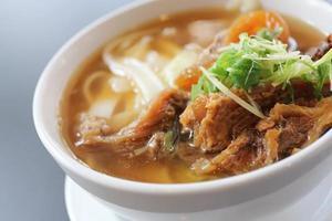 macarrão de carne com sopa foto
