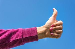 mão mostrando o gesto sim foto