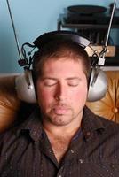 homem com fones de ouvido vintage foto