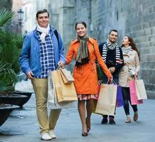 grupo de adultos com sacolas de compras foto