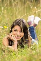 menina bonita hispânica em um campo de trigo foto