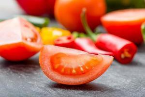 corte de legumes frescos foto