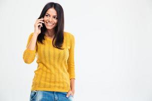 mulher feliz falando ao telefone foto
