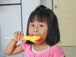 garota é brinquedo de galinha soprada com som. foto