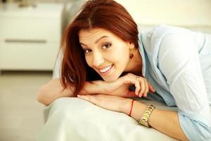 retrato de uma mulher alegre foto