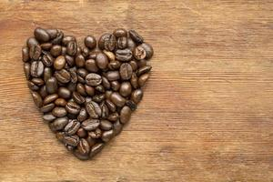 coração de café na madeira foto