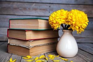 flores crisântemo amarelo lindo em um vaso vintage. foto