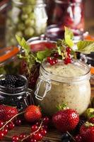 frutas frescas e geléia de frutos silvestres