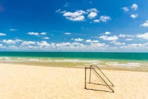 gol de futebol na praia. foto