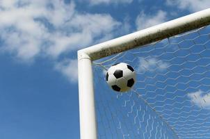 close-up de uma bola de futebol foto