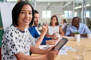 retrato de tablet reunião de empresária foto