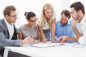 executivos em reunião no escritório foto