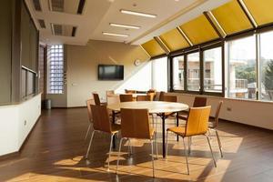 sala de reuniões com mesas redondas foto