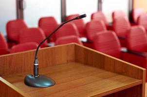 microfone na sala de conferências vermelha foto