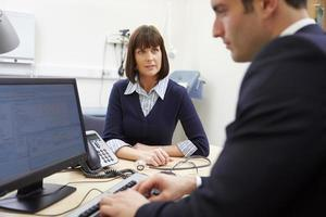 consultor reunião com paciente no escritório