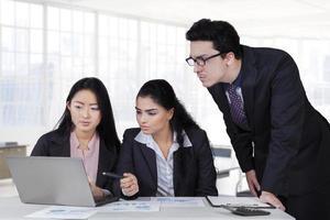 empresários modernos tendo reunião no escritório foto