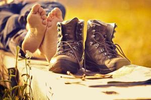 alpinista andando com os pés descalços no banco por do sol foto