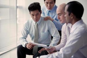 lendo relatório financeiro foto