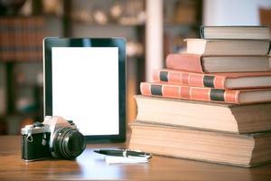 xícara de café quente em um laptop de mesa na biblioteca foto