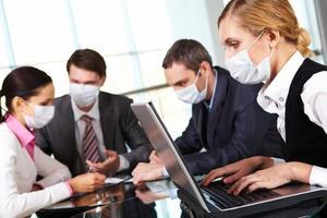 trabalhando durante a epidemia de gripe foto