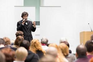 palestrante falando na conferência de negócios.