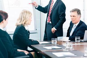 negócios - apresentação dentro de uma equipe no escritório foto