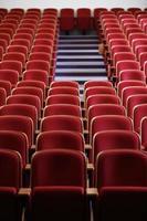 teatro vazio com assentos vermelhos foto