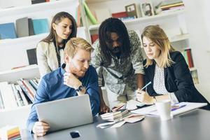 brainstorming colegas no escritório foto