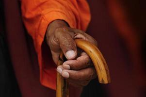 mano de sadhu com bastão foto