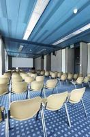 interior de uma sala de conferências foto