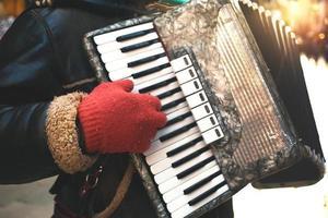músico tocando fisarmonica serenata para entretenimento de pessoas de rua foto