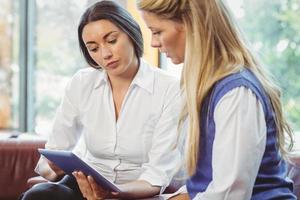 equipe de negócios conversando e usando tablet foto