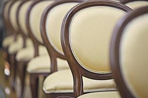 costas das cadeiras no corredor foto