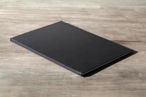 caderno de desenho na mesa de madeira foto