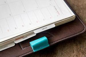 diário em uma mesa de madeira foto