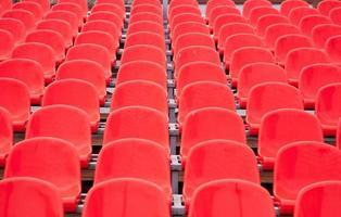 assentos do estádio vermelho brilhante foto