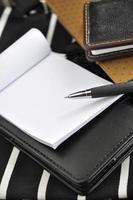caneta em papel branco em branco foto