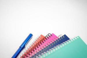 caderno e caneta foto