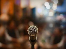 close-up de microfone na sala de concertos ou sala de conferências foto