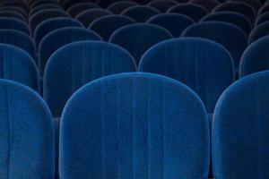 assentos vazios de cinema ou teatro azuis foto