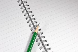 o caderno vazio com lápis pronto para anotar ou trabalhar foto