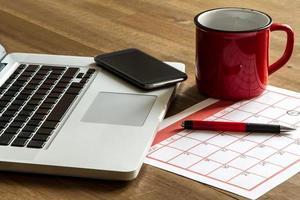 organizando atividades mensais no calendário foto