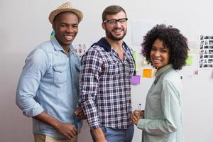 equipe com notas auto-adesivas na parede foto