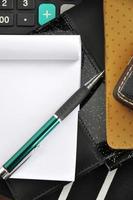 caneta no bloco de notas em branco foto