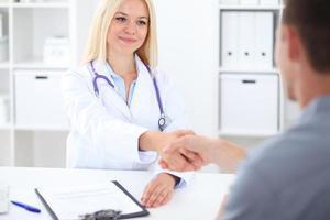 médico e paciente no hospital foto